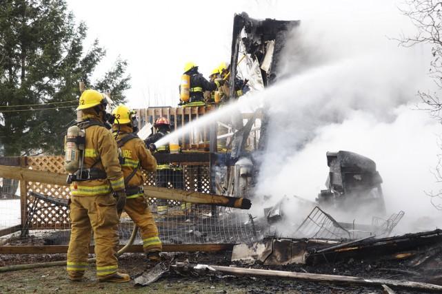 Les pompiers ont établi que le feu a... (photo Alain Dion)