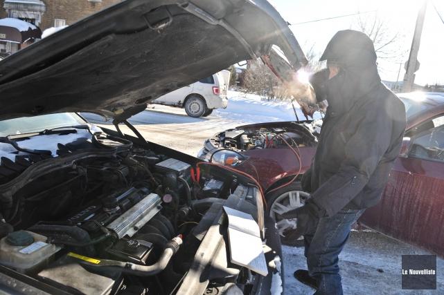 Installer une batterie de qualité dans sa voiture... (Photo: Émilie O'Connor Le Nouvelliste)
