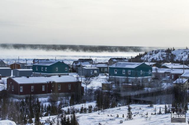À Kuujjuaq, les maisons ont des pilotis plutôt... (PHOTO OLIVIER PONTBRIAND, LA PRESSE)