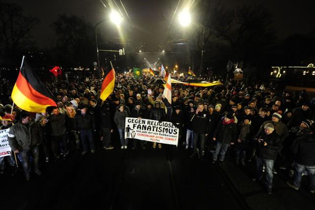Depuis octobre dernier, tous les lundis, les partisans... (PHOTO ROBERT MICHAEL, AFP)