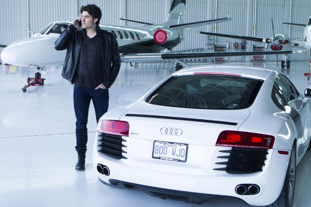 Guy Lambert (Jason Roy-Léveillé) s'achète un hélicoptère pour... (Photo Éric Myre, fournie par TVA)