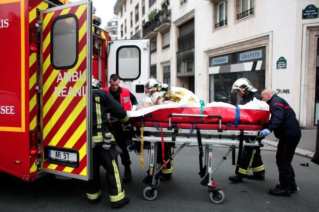 Un blessé est transporté en ambulance après l'attentat... (PHOTO THIBAULT CAMUS, ASSOCIATED PRESS)