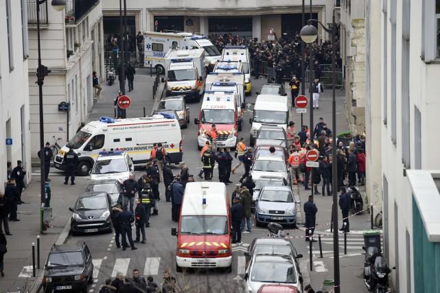 Policiers et pompiers sont déployés sur les lieux... (PHOTO MARTIN BUREAU, AFP)