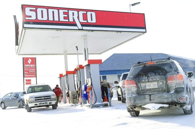 Alors que le prix de l'essence s'est cristallisé au-dessus du dollar à... (Gimmy Desbiens)