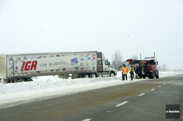 Un camion a effectué une sortie de route... (Photo: Stéphane Lessard Le Nouvelliste)