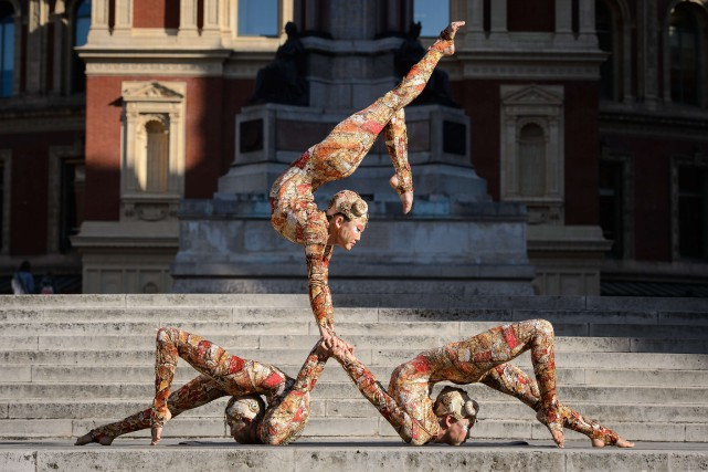 Des artistes du Cirque posent devant le Royal... (Photo Leon Neal, AFP)