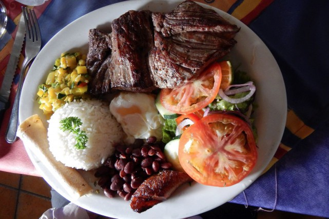 Une assiette-repas typique du Costa Rica... (Collaboration spéciale Anne Pelouas)