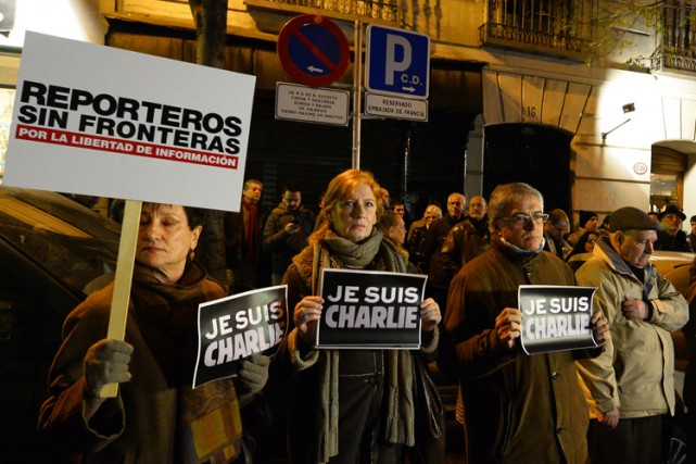 Des gens se sont reccueillis devant l'ambassadedeFranceà Madrid.... (Photo: AFP)