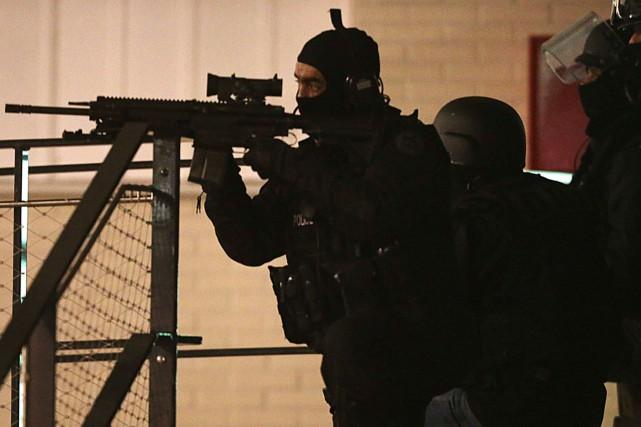 Les policiers ont effectué des perquisitions dans certains... (Photo AFP, FRANCOIS NASCIMBENI)