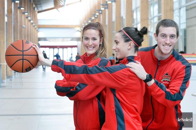 Marylin Bariault, Catherine Bélanger-Pâquet, qui tient le ballon... (Le Soleil, Jean-Marie Villeneuve)