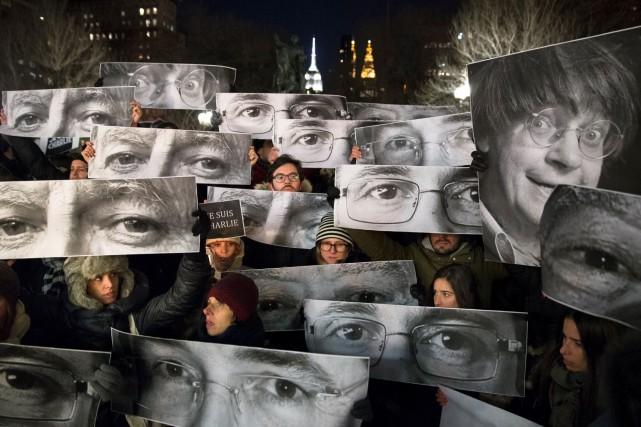 Des gens manifestaient leur soutien, à la suite... (Archives AP)