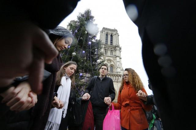 À midi, le glas de la cathédrale Notre-Dame... (Photo Jacky Naegelen, REUTERS)