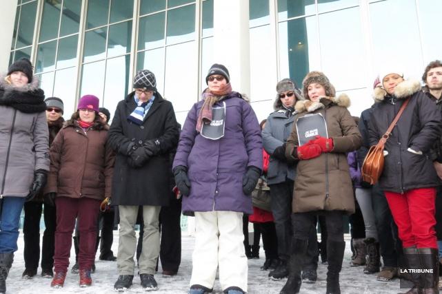 Les personnes réunies devant le pavillon central de... (Imacom, René Marquis)