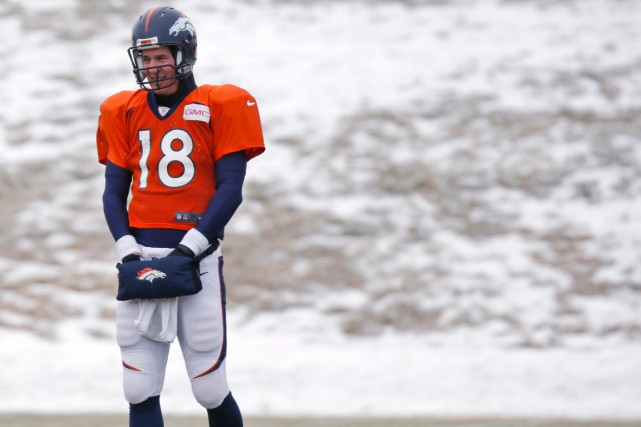 Peyton Manning s'est entraînépar une journée venteuse, où... (Photo David Zalubowski, AP)