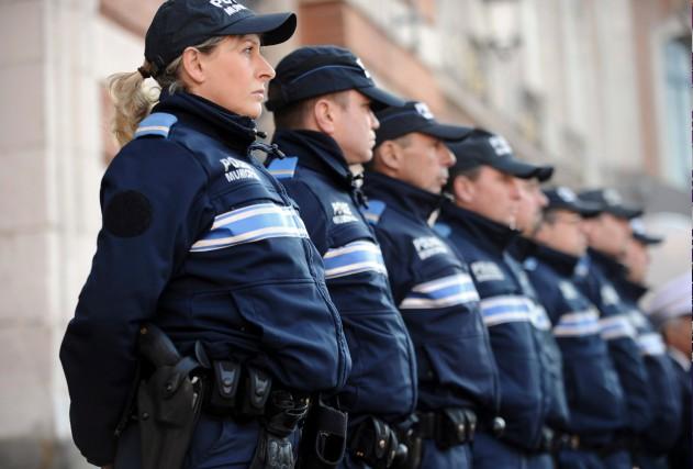 Des policiers de Toulouse observent une minute de... (AFP, Remy Gabalda)