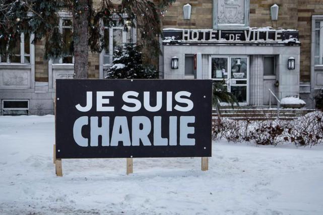 Des municipalités de la région affichent leur solidarité avec la France théâtre... (Photo tirée de Twitter)