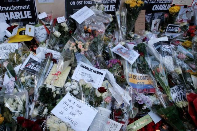 Des fleurs et des chandelles ont été déposées... (AP, Francois Mori)