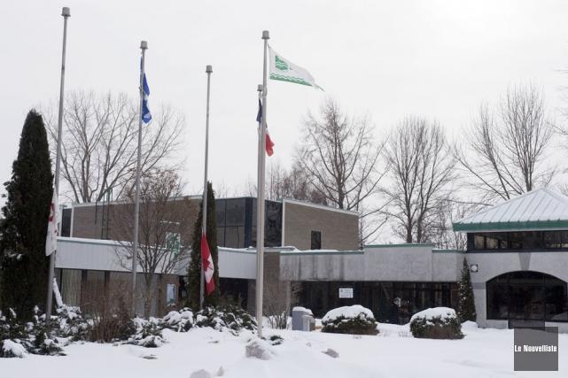 Des drapeaux sont en berne à l'hôtel de... (Photo: Stéphane Lessard, Le Nouvelliste)