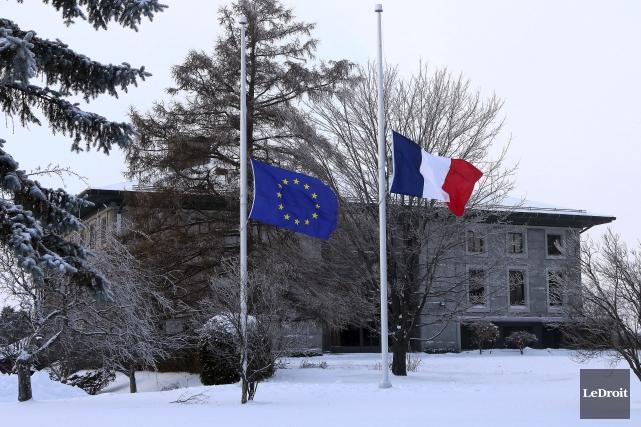 Une minute de silence a été observée hier par les agents de l'ambassade de... (Étienne Ranger, LeDroit)