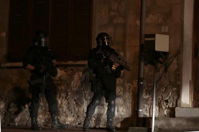Les recherches se poursuivent toute la nuit, ont... (Photo AFP)