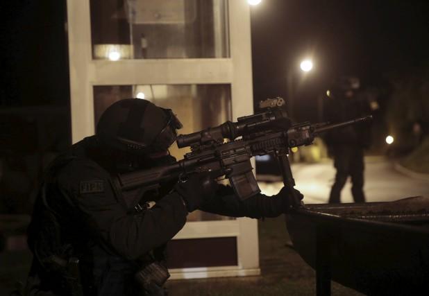 La chasse à l'homme se poursuivait dans la nuit de jeudi à vendredi dans le... (Agence France-Presse)