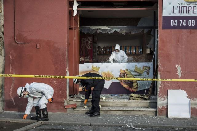 Des enquêteurs de la police scientifique cherchent des... (PHOTO JEAN-PHILIPPE KSIAZEK, AGENCE FRANCE-PRESSE)
