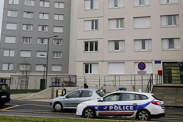 Des policiers surveillent l'immeuble où habitait Saïd Kouachi,... (PHOTO FRANÇOIS NASCIMBENI, AGENCE FRANCE-PRESSE)