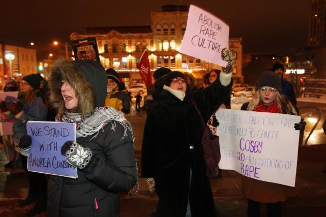 Plusieurs personnes manifestaient devant la salle de spectacle... (PHOTO DAVE CHIDLEY, LA PRESSE CANADIENNE)