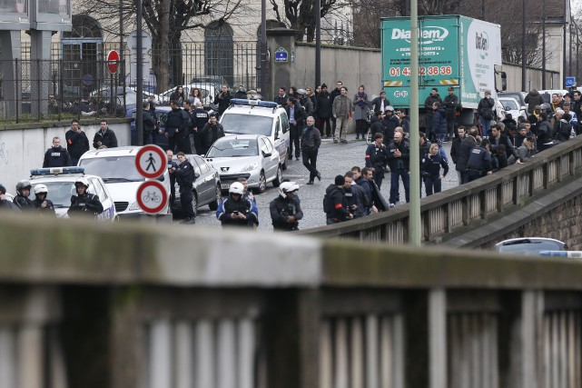 La France s'enfonçait dans le cauchemar vendredi après la mort d'au moins deux... (PHOTO AGENCE FRANCE-PRESSE)