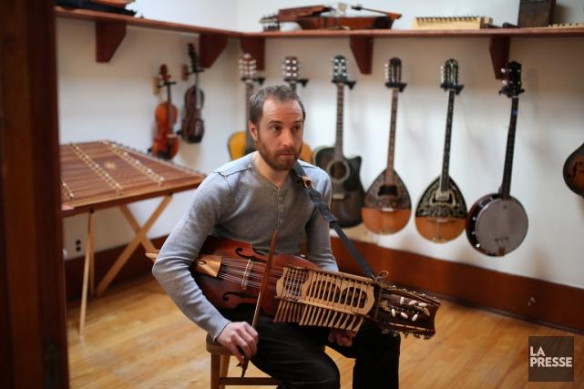 Le psychiatre Jean-François Bélanger joue d'une vingtaine d'instruments... (PHOTO MARTIN CHAMBERLAND, LA PRESSE)