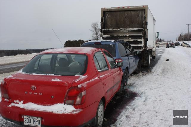 Sept véhicules ont été impliqués dans un carambolage... (La Tribune, Yanick Poisson)