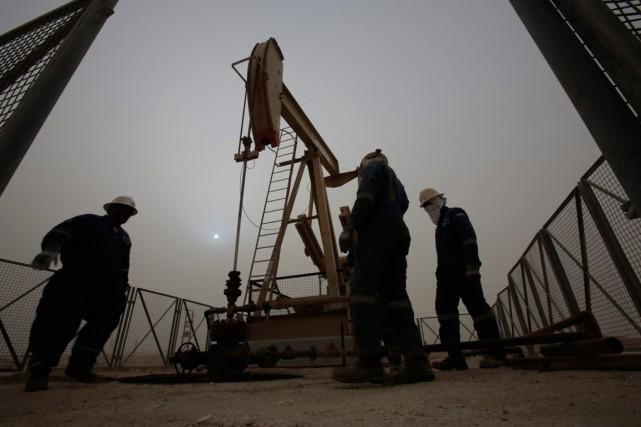 L'effondrement du prix du pétrole plombe aussi l'optimisme des entreprises... (PHOTO ASSAN JAMALI, ARCHIVES AP)