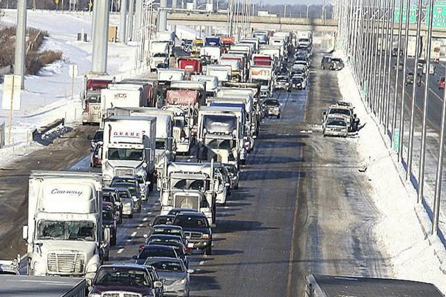 Un camionneur originaire d'Ottawa a perdu la vie dans un immense carambolage,... (Photo archives AP)