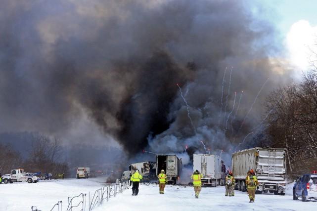 La neige, les vents et la visibilité mauvaise... (Photo AP, Mark Bugnaski)