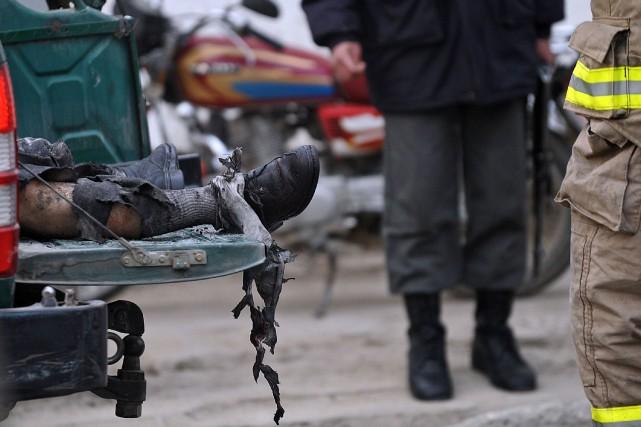 Le corps d'un homme après un attentat en... (Photo Massoud Hossaini, Archives AFP)