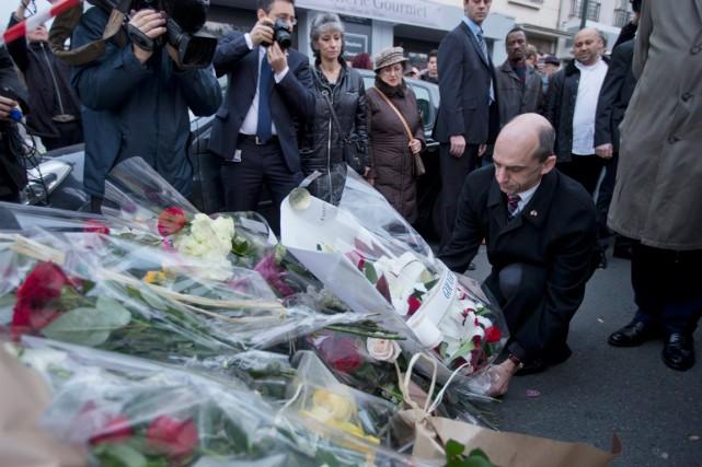 Steven Blaney au bureau de Charlie Hebdo, le... (PHOTO PETER DEJONG, AP)
