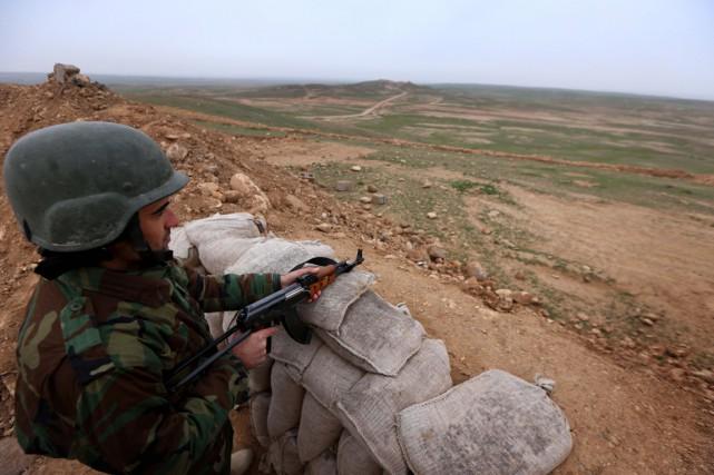 Un soldat kurdemonte la garde... (Safin Hamed, Archives AFP)
