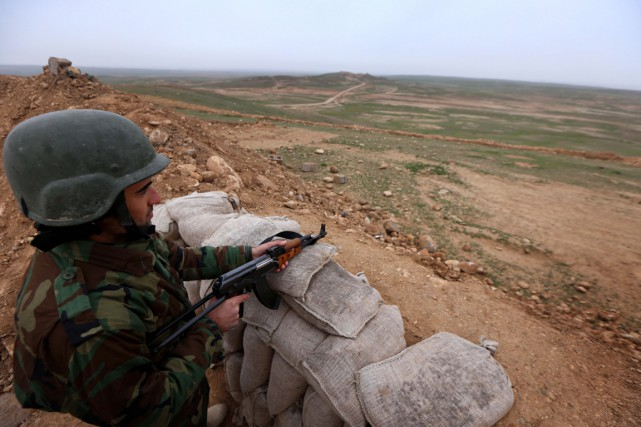 Un soldat Peshmerga monte la garde dans le district... (Safin Hamed, Archives AFP)