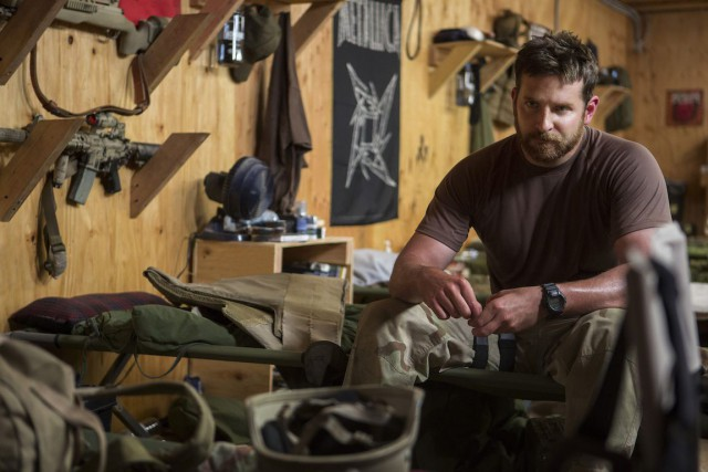 Bradley Cooper dans le film American Sniper.... (Photo fournie par Warner Bros)
