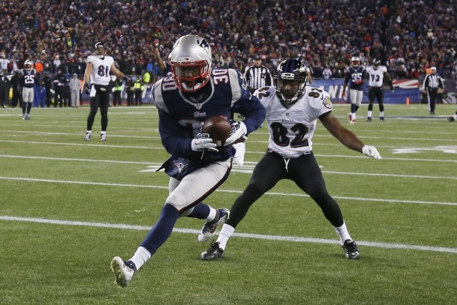 Duron Harmon (30) et Torrey Smith (82)... (Photo Elise Amendola, AP)