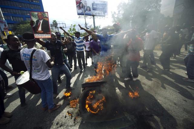 Des manifestants ont bloqué une rue de Port-au-Prince... (PHOTO Hector RETAMAL, AFP)