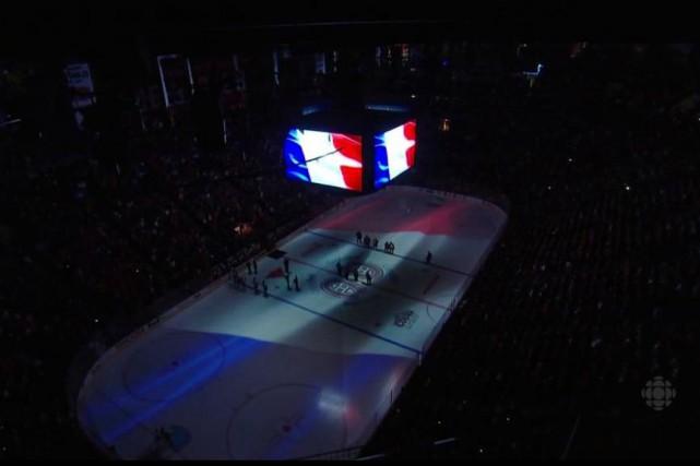 Sur la glace, les joueurs des deux équipes... (Image Radio-Canada)
