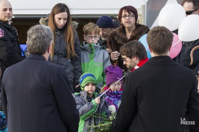 Au centre, le jeuneMathisentouré de sa nouvelle famille.... (PHOTO EDOUARD PLANTE-FRECHETTE, LA PRESSE)