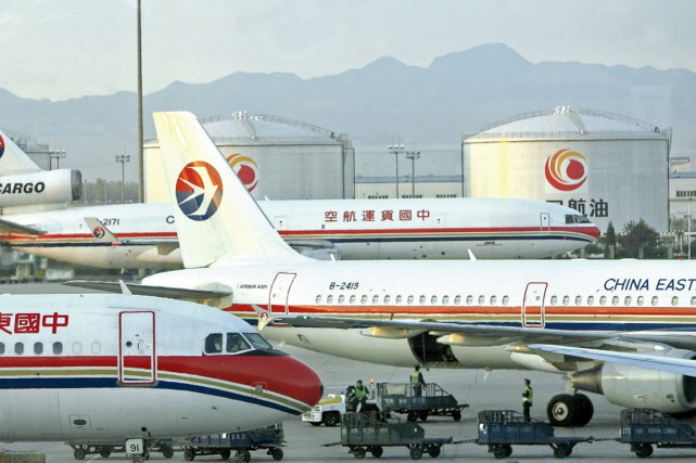 Des passagers d'un avion de la China Eastern Airlines, exaspérés par le retard... (PHOTO ARCHIVES AFP)