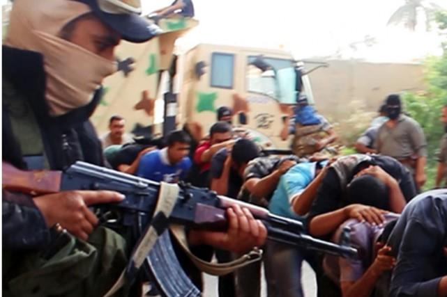Le groupe armé État islamique contrôle environ le... (Photo archives AP)