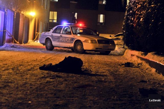 Les policiers ont établi un périmètre de sécurité... (Martin Roy, LeDroit)