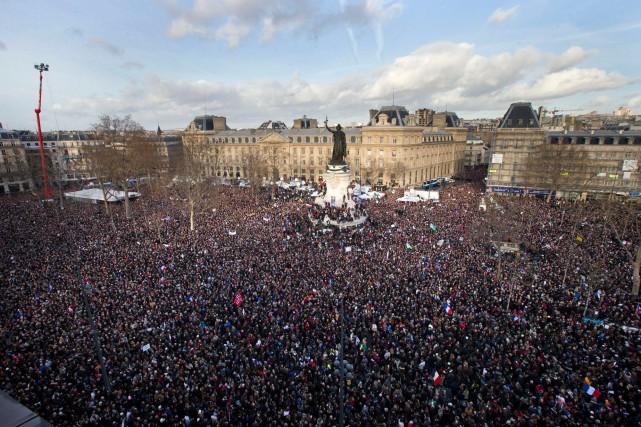 La foule s'est rassemblée sur la Place de...