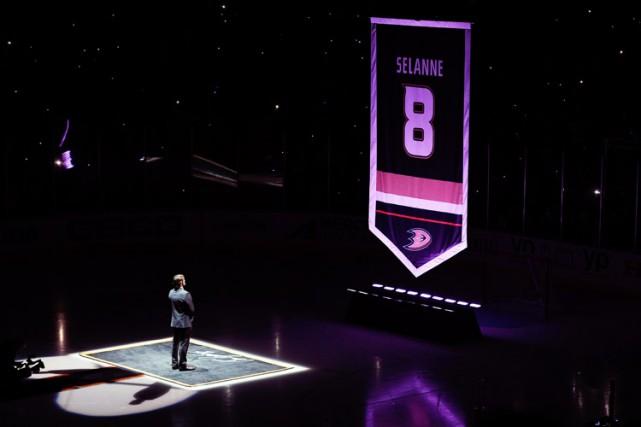 Les Ducks d'Anaheim ont retiré le chandail de Teemu Selanne, dimanche, honorant... (Photo: Reuters)