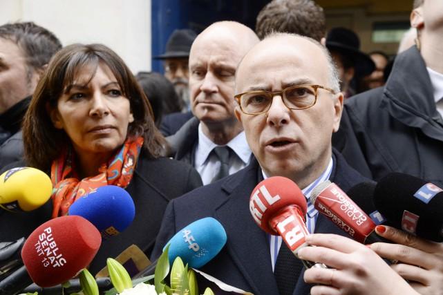Le ministre de l'Intérieur, Bernard Cazeneuve, en compagnie... (PHOTO  BERTRAND GUAY, AFP)