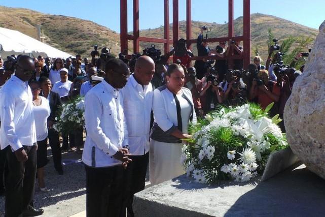 Le président Michel Martelly (au centre) a rendu... (PHOTO PRÉSIDENCE HAÏTIENNE/TWITTER)